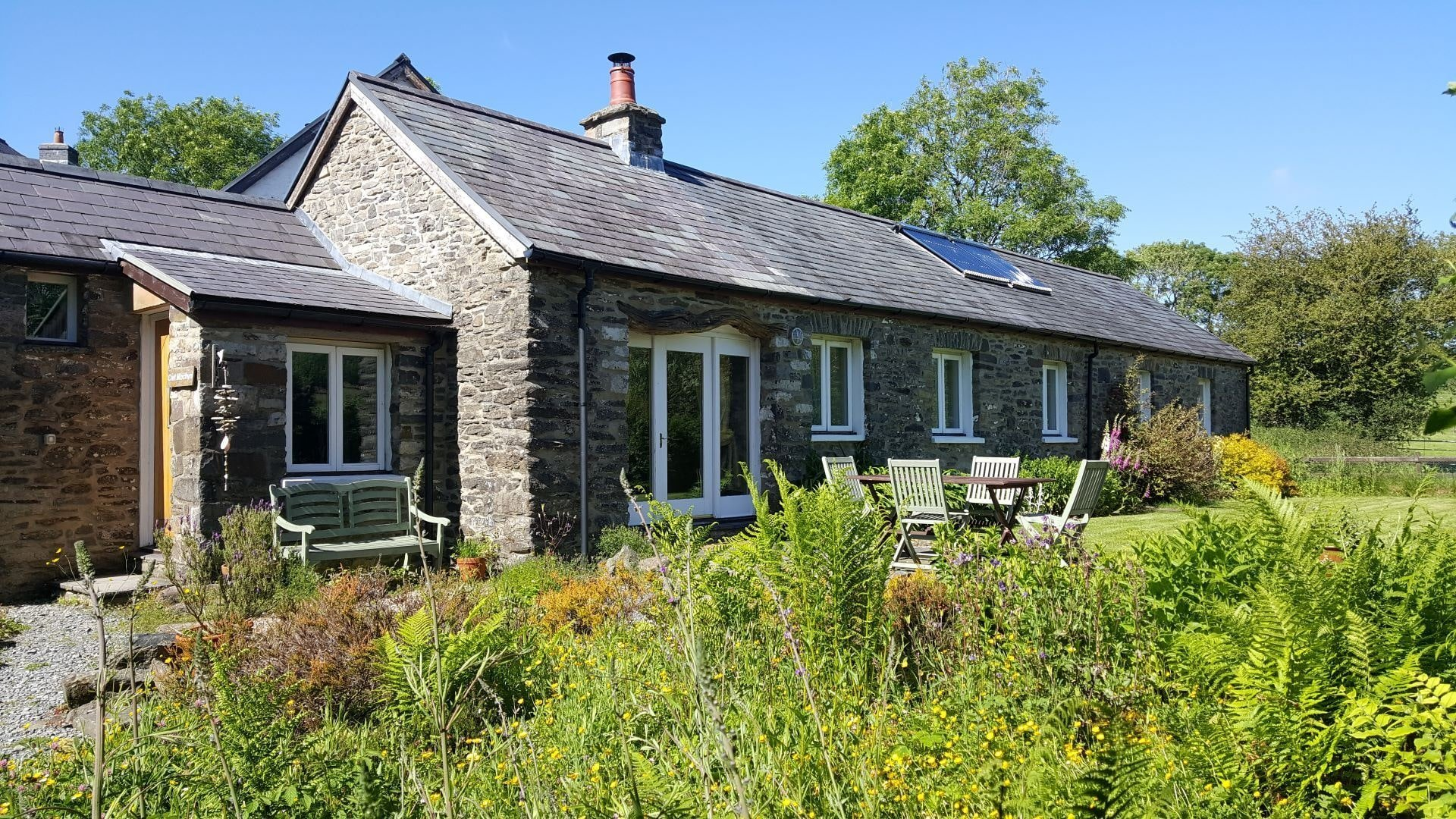Cwt Mochyn holiday cottage garden with patio