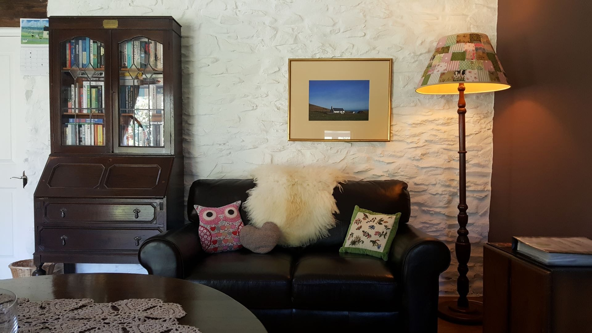 Hen Ffermdy holiday cottage interior - reading corner with sofa